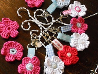 Crochet flower keychains... no pattern in the link and it's in Dutch. Great idea however to use crocheted flowers for key chains.