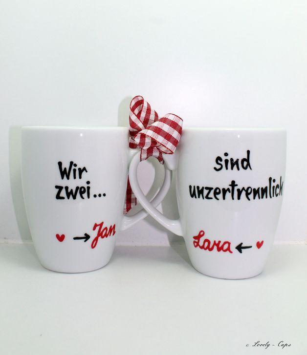 """Hochzeitsgeschenk-Tassen Zur Hochzeit ein ganz besonderes Geschenk: Zwei Tassen mit der Gemeinschaftsbotschaft """"Wir zwei…""""(Tasse eins) """"…sind unzertrennlich""""(Tasse zwei). Auf jeder der Tassen steht dabei einer der beiden Namen des glücklichen Pärchens, natürlich ist die Auswahl des Namens komplett dem Wunsch der Kunden überlassen. So passt sich der zwei-Tassen-Artikel jeder Namenskombination auf einer Hochzeit an."""