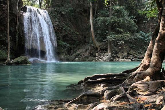 Parque nacional das cataratas do Erawan, na Tailândia.