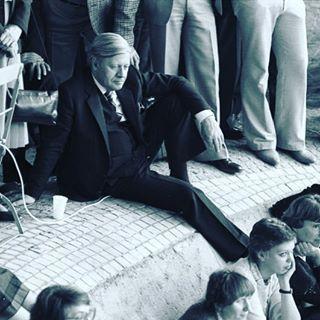 … oder wenn er einfach nur saß. | 19 Fotos, für die Du Helmut Schmidt für immer cool finden wirst