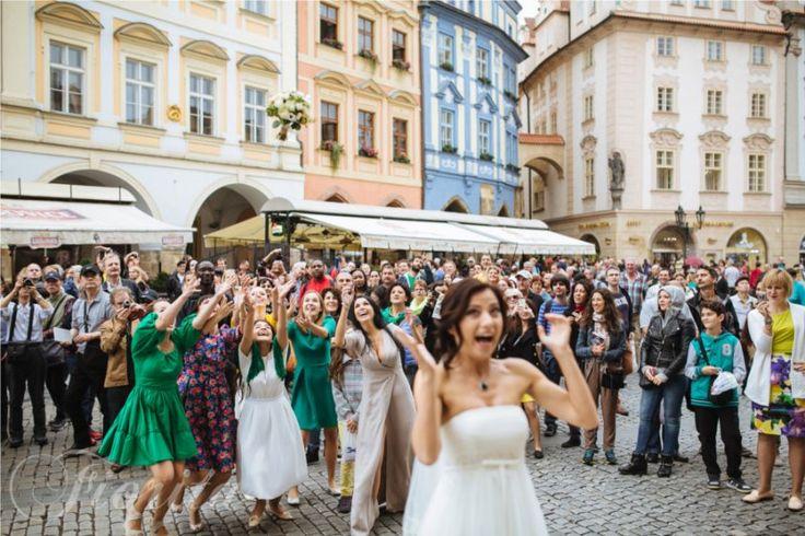 Házení svatební kytice na Staroměstském náměstí
