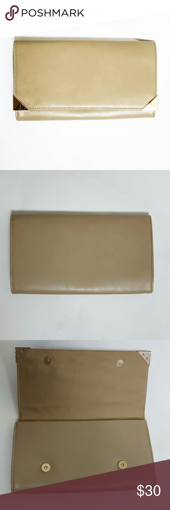 Boohoo Nude Clutch Nude clutch with gold accents. In great condition! Purchase at listed price to receive a FREE GIFT! Any questions? Feel free to ask. Happy Poshing! 😊 Boohoo Bags Clutches & Wristlets