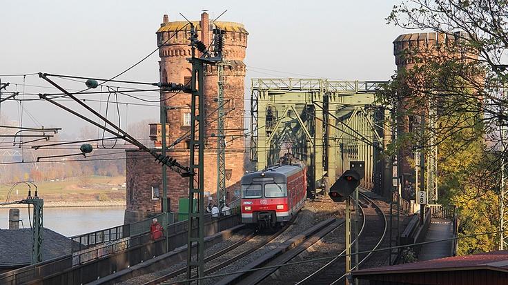 Eisenbahnen queren den Rhein im Norden und Süden der Stadt