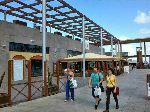 Centro Comercial Las Terrazas, Jinamar, Gran Canaria; direkt an der Autobahn GC-1, Abfahrt 5 oder 6B; inkl. Media Markt, viele Outlets [centrocomerciallasterrazas.es]