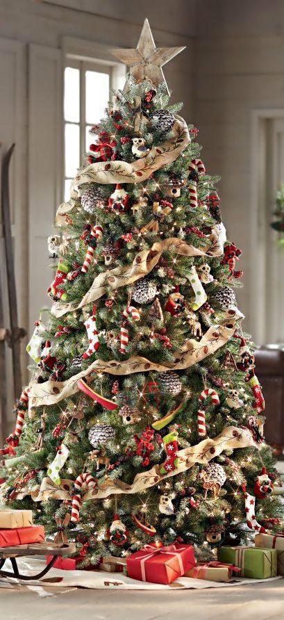 Nastro,pigne argentate,funghetti,bastoncini di zucchero,piccoli babbo Natale,calzine.....è una grande stella in cima.