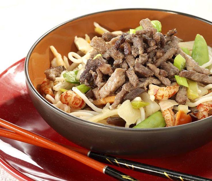 Gemarineerde runderreepjes op een bedje van noedels met Chinese groenten