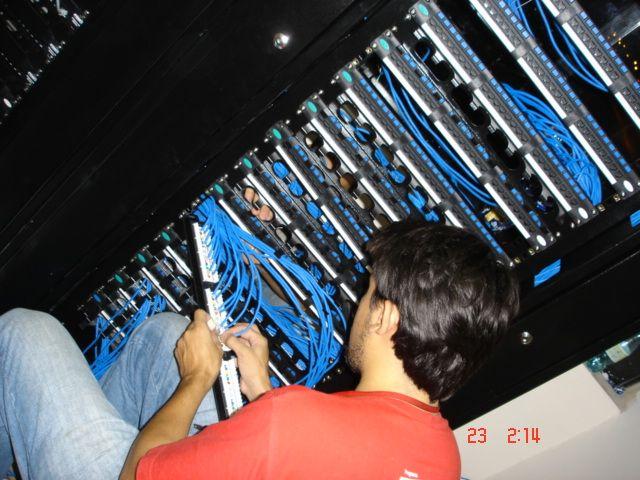 """Direto do """"Túnel do Tempo"""": há quase dez anos, equipe da  Sistemar Tecnologias (magrinha, magrinha) trabalhou na implantação da rede estruturada do Sicoob, em Maringá."""
