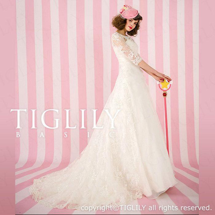 【TIGLILYBASIC】5分丈のスリーブドレス。背中やデコルテを透け感のあるレースで覆い、ボートネックですっきりと。長袖の中でも人気デザイン