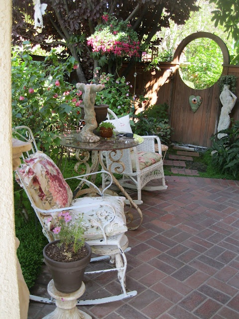Cottage garden...Secret Gardens, Cottages Gardens, Porches Decor, Shabby Chic, Gardens Gates, Side Yards, Patios, Outdoor Spaces, Front Porches
