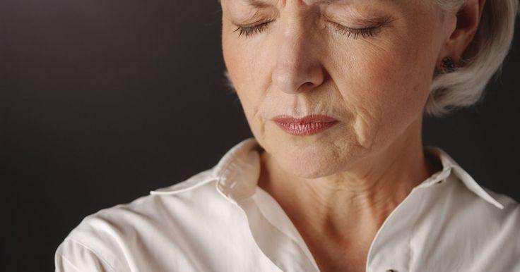 Corrimento durante a menopausa. É comum para uma mulher na menopausa ter corrimento vaginal em forma de muco e às vezes sangue. Conforme o corpo muda e entra em estado de menopausa, há uma diminuição dos hormônios que regulam o ciclo reprodutivo e equilíbrio no corpo. Embora a maioria dos corrimentos seja causada por mudanças físicas no corpo, há causas fisiológicas que podem ...