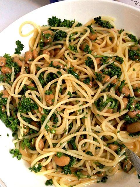 パスタ茹でてオリーブオイルも何も和えず、パセリと納豆載せて青じそドレッシングをかけるだけ。 想像以上に美味しいです! パセリを生でもこんなに食べれるのは、納豆と青じそドレッシングとの絶妙な相性なんだと思います。 - 6件のもぐもぐ - 納豆パセリパスタ by haru0623