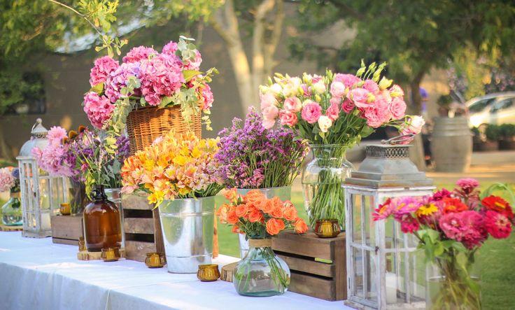 Decoración mesón de postres #wedding #matrimonios #rustic #decoration #summer #verano #colorfull #flowers #sprayroses #minirosas #dahlia #hydrangea #azahar