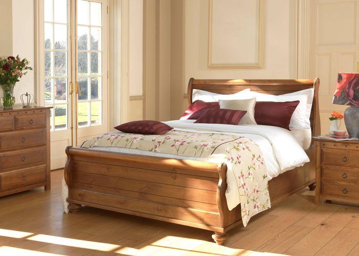 Een werkelijk prachtig meubelstuk in koloniale stijl gebaseerd op originele ontwerpen uit de laat 19e eeuw. Zo ontworpen dat het zich naadloos laat combineren in elk interieur, of dit nu modern of klassiek is. Het witte Newport bed is geïnspireerd op de typische New England maritieme stijl.