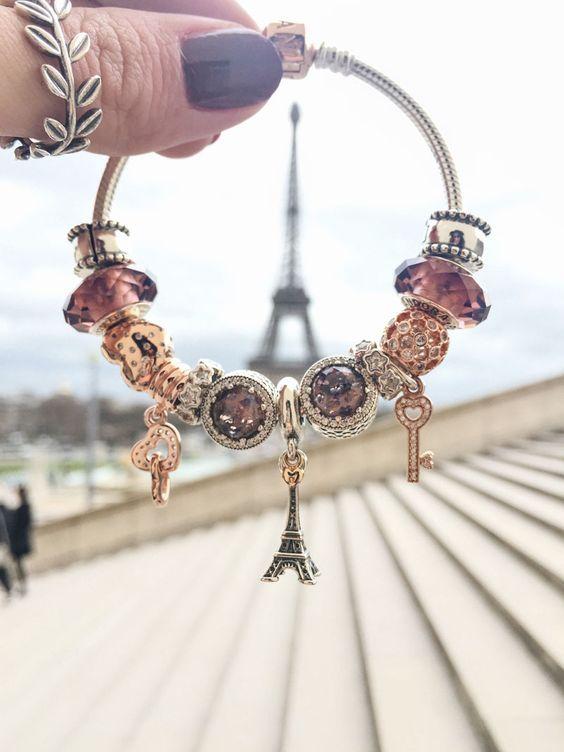 bracelete: Pandora   anel: Pandora Para finalizar o nosso diário de viagem eu não poderia deixar de fora a minha grande paixão: a Torre Eiffel! Durante todos os dias em que estivemos em Paris sempre demos um jeitinho de passar por ali para admirar. Incriv