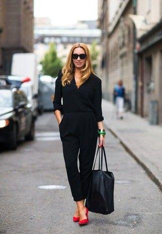 Tenue: Combinaison pantalon , Escarpins en daim rouges, Sac fourre-tout en cuir noir, Lunettes de soleil