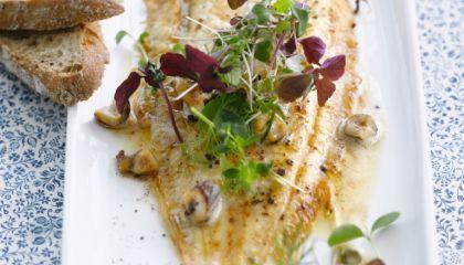 Zeetong met hazelnootboter & kruidige salade