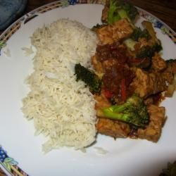 Pittige tempeh, met rijst (of rijstpasta, even mee roerbakken op het laatst) en roerbakgroente, bijv.  andijvie, paksoi, wortel