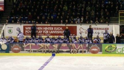Une publicité douteuse devant le banc des joueurs… http://www.danslaction.com/fr/une-publicite-douteuse-devant-le-banc-des-joueurs/