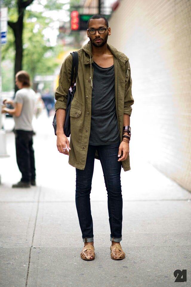 モッズコート×スプリングスタイル Tシャツとジーンズのシンプルな組み合わせに、ライトアウターとしてモッズコートを合わせた着こなし。重ねづけしたブレスレッドやモッズコートのロールアップでこなれ感を演出!