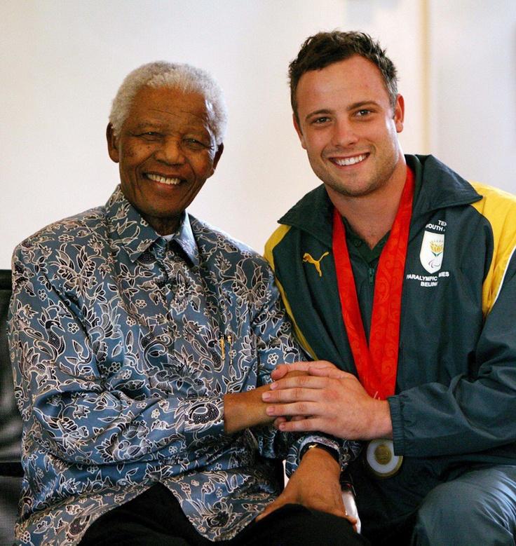 El ex presidente de Sudáfrica, Nelson Mandela junto al medallista paralímpico Oscar Pistorius en Johannesburgo, Sudáfrica, el 03 de octubre de 2008. | Créditos: EFE