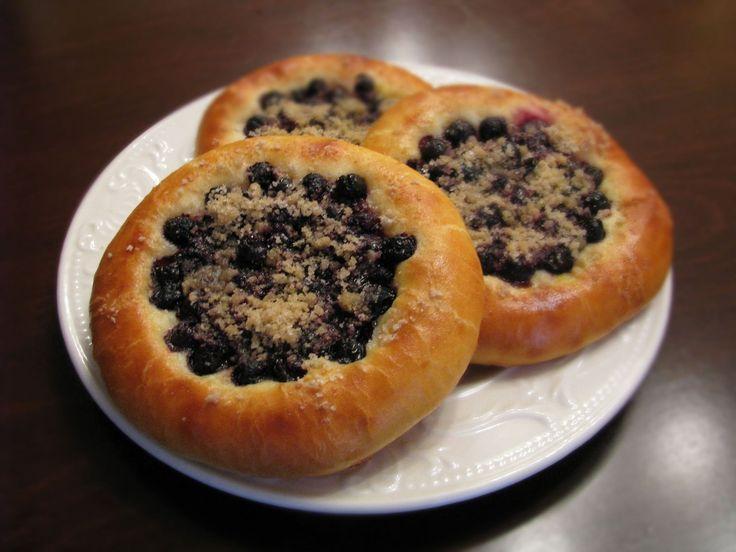 Аппетитные ватрушки – круглые булочки с открытой начинкой, напоминающие солнышко…