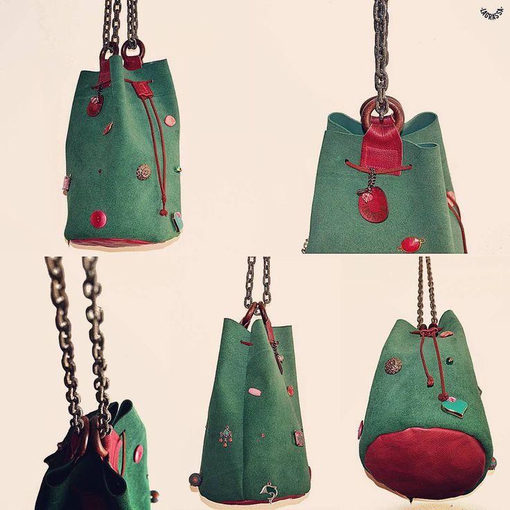 Questa è #jewel013 Una delle borse che da ieri si trovano al Postale 17, Erice. Borsa-gioiello unica di piccole dimensioni realizzata in vera pelle italiana scamosciata verde petrolio con 16...