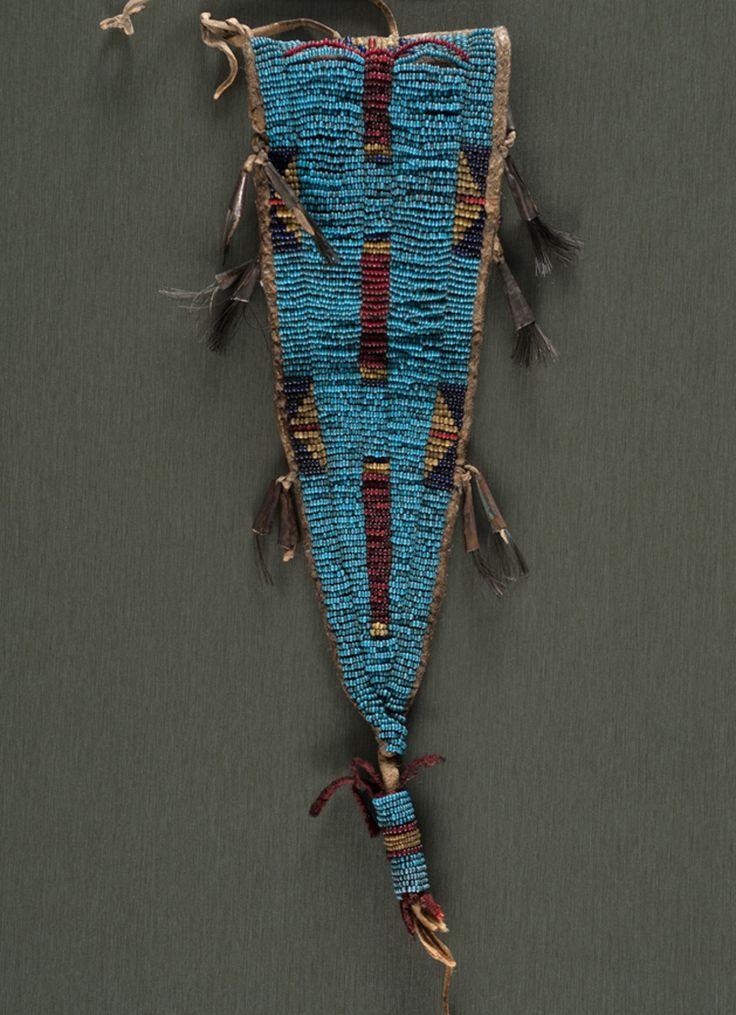 Сумочка из кожи бизона, Северные Равнины. Вид один. Последняя четверть 19 века. Длина 11 дюймов. Коллекция Денвера, Колорадо. Cowan's. 9/23/2016 – American Indian and Western Art.