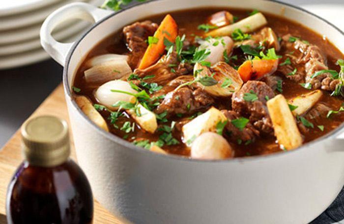 Gör ett härligt och klassiskt långkok på högrev! Högrevsgryta bjuder på mört och saftig kött som är oemotståndligt gott.