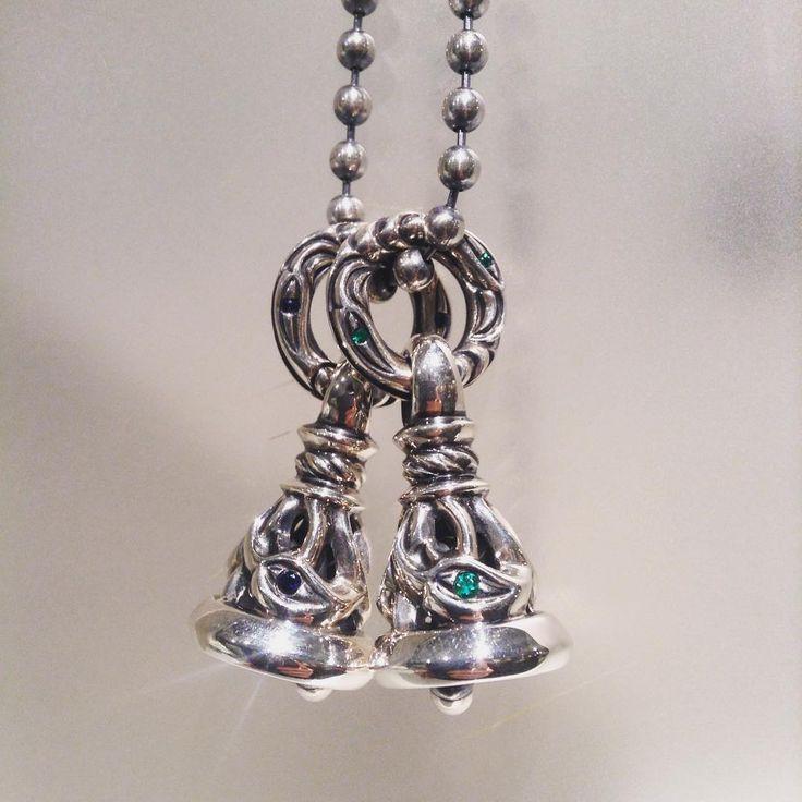 Crane Bell Pendant Medium with Sapphire & Emerald  定番のクレーンベルペンダントミディアムに天然石を入れたデザイン。  すでにお持ちの作品に、後から天然石を入れる加工も承っております。※価格に関しまして、お気軽にお問い合わせ下さい。  ロンワンズ青山 〒150-0001 東京都渋谷区神宮前3-6-1 TEL:03-5785-0766 OPEN 12:00 - CLOSE 20:00