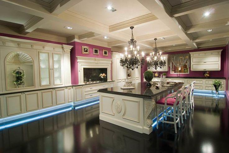Klasyczne meble kuchenne Venecia łączy stylistykę angielskiej architektury z elegancją lakierowanego wykończenia oraz ciepłem z wyselekcjonowanego drzewa orzechowego. Wystające ręczne rzeźby podkreślają czystość linii mebli oraz niepowtarzalnego wzornictwa tej kolekcji.