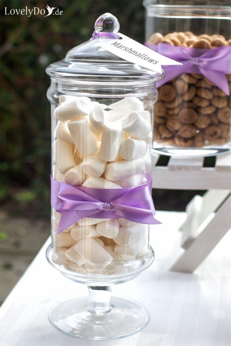 Marshmallows ins rechte Licht gerückt. Charmant sehen sie in dem schönen Glasbehälter aus. #CandyBar #SweetTable #openair #Lavendel #lavendel #Hochzeitsdeko #WeddingDecoration #Sweets #SweetLove #WeddingCandyBar #openairwedding #Glasbehälter #Glasschale #Bonboniere #Marshmallows #LovelyDo