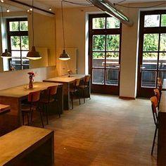 Wie, das Restaurant heißt MEHL?! Haargenau. Denn ebendieses steht hier im Mittelpunkt. Es ist Grundlage der wohl spannendsten Pizza Hamburgs: Knusperdünner Teig, wie man ihn aus dem Italienurlaub kennt. Auf diesem Boden tanzen neue Zutaten wir auf einer Bühne.
