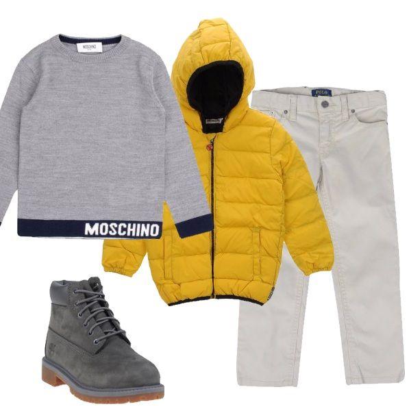 E' bello che i bimbi indossino vestiti colorati così mettono ancora più allegria. Per questo vi propongo questo giubbottino giallo abbinato a pantalone, pullover e scarpe grigi.