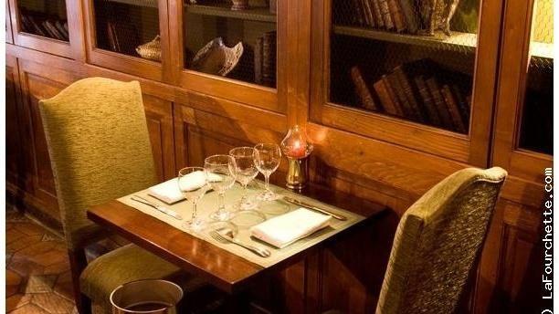 Le Coupe Chou 11, rue Lanneau XI° 42€ Ce Restaurant est situé dans une ruelle discrète du Quartier Latin à Paris, l'une des plus anciennes de Paris, entre le Panthéon, le Collège de France et Notre Dame de Paris. Tables rondes, hautes cheminées de pierre, sols pavés de grès aux teintes sourdes, cette demeure du XIVème siècle vous accueille dans la chaleur et l'atmosphère du vieux Paris.  JAZZ - Composée de 6 étroites salles à manger et d'un salon de thé, l'ambiance est romantique et…