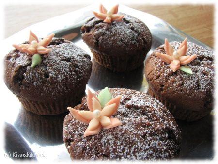 Tässä taas käytössä sama tuttu muffinssitaikinaohje. Jotenkin olen jäänyt tuohon niin koukkuun, että sovellan siihen vaan kerta toisensa jälkeen uusia makuja. Nämä olivat herkkua, varsinkin tuoreeltaan! Daim-suklaan pala säilyi kivasti ehjänä muffinssin sisällä, eikä imeytynyt taikinaan kuten jonkin toisen suklaan kanssa on käynyt. Koristeet olivat vanhoja käyttämättä jääneitä tekeleitä marsipaanista. 12 kpl isoja, 15 - […]