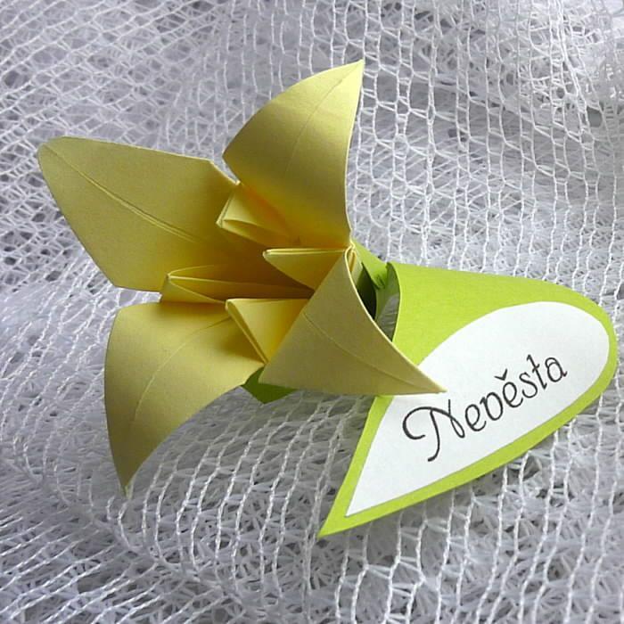 Lilie - jmenovka ke svatební hostině Originální jmenovka ke svatebnímu stolu - tradiční vanilková origami lilie zasazená v listu ze zeleného kartonu se jmenovkou. Délka cca 7 cm, průměr samotného květu cca 5cm. Jmenovky je možné vyrobit i v jiných barevných kombinacích s detaily podle Vašich představ. Cena je za kus, poštovné podle objednaného množství. Je možné ...