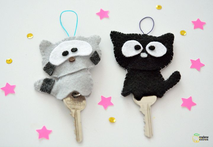 Key pocket animals in felt. Raccoon and black cat. porte clé chat