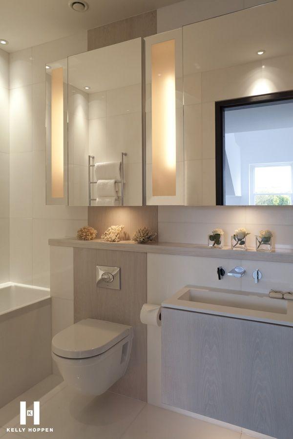 Tolles Badezimmer mit farblich abgesetzter Fliese hinter dem Wand-WC. #Badezimmer #Fliese