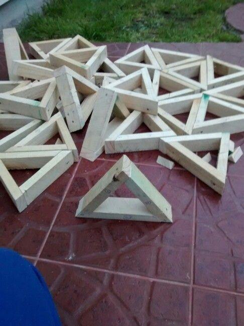 Triangulos listos salvo por un pequeño detalle nos falto cortar el angulo axial...por lo que el triangulo quedo recto...desarmar y recortar