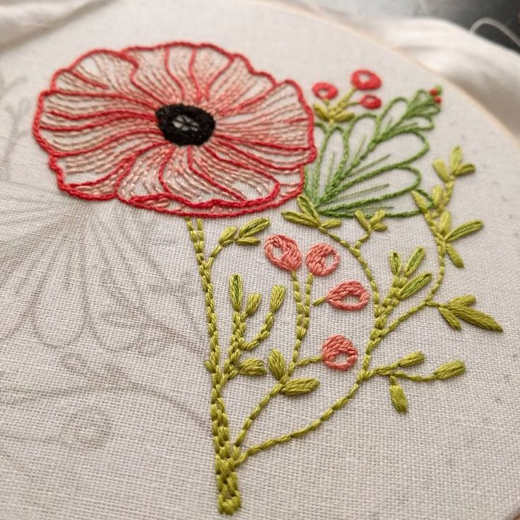 "121 Me gusta, 1 comentarios - Sewjenaissance (@sewjenaissance) en Instagram: ""More stitching done on this beautiful Poppy. . Pattern by @cozyblue . . #embroidery #stitching…"""