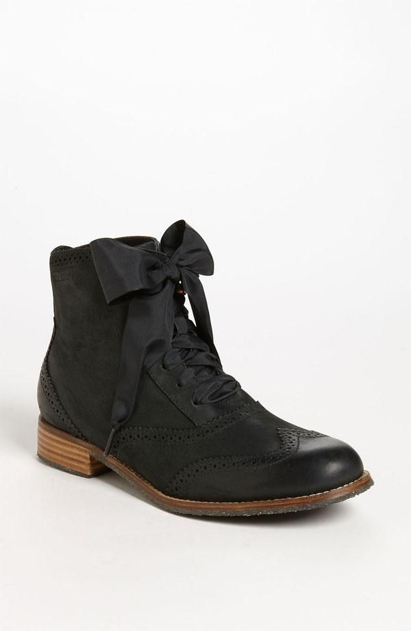 Boot with a bow.