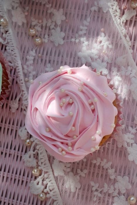 Wow, that's one of the prettiest cupcake toppings I've ever seen.
