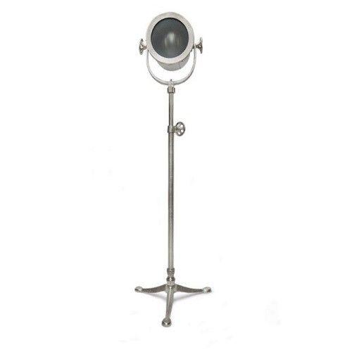 Vloerlamp Raw Nikkel is een stoere, industriële vloerlamp gemaakt van ruw bewerkt nikkel.   U kunt de lamp in hoogte verstellen door aan de knop te draaien aan de zijkant van de lamp.   Breedte:                  31 cm Diepte:              27 cm Hoogte:             145 cm Diameter:                 21 cm Diameter voet:  47 cm Aantal lampen:      1 Energielabel:      A++ E27. Maximaal 60 watt- Lengte snoer:          335 cm