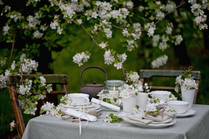 Depois da temporada fria, a primavera finalmente chegará no dia 22 de setembro, trazendo com ela as cores e aromas das flores. Assim, por que não levar novas espécies para complementar o décor? Uma ótima ideia é coloca-las à mesa, especialmente quando houver visita. Pensando nisso, selecionamos 15 composições onde as flores são o destaque. Inspire-se:
