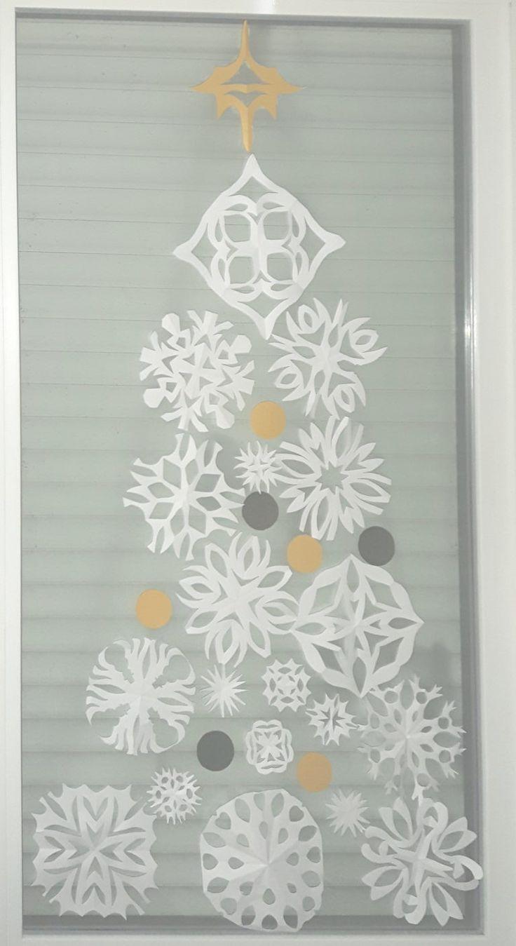 kerststerboom van papieren sneeuwvlokken.