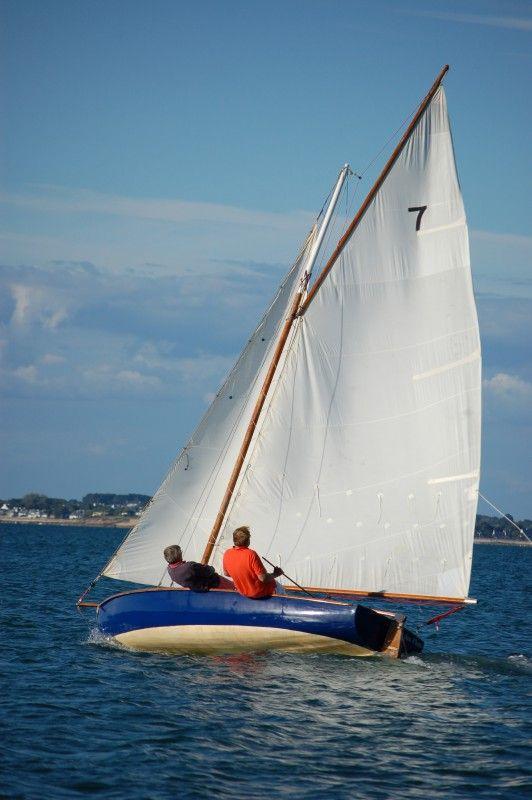"""""""ND des Flots"""". Monotype National. I921, plans Gaston Grenier.  Le Monotype national est un dériveur conçu et retenu pour les Jeux olympiques de Paris de 1924. Le Golfe a eu sa propre flottille entre les deux guerres."""
