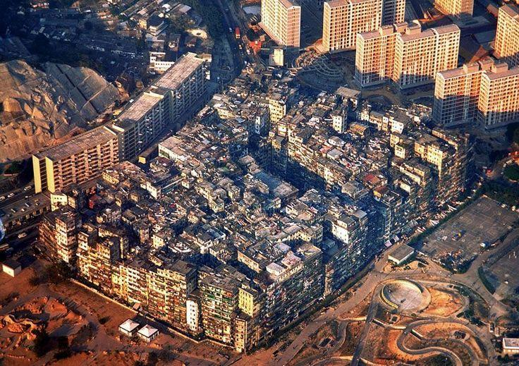 A Cidade das Trevas - Kowloon foi uma cidade murada densamente povoado que existia na parte desgovernada de Hong Kong entre os anos 1890 e 1990.