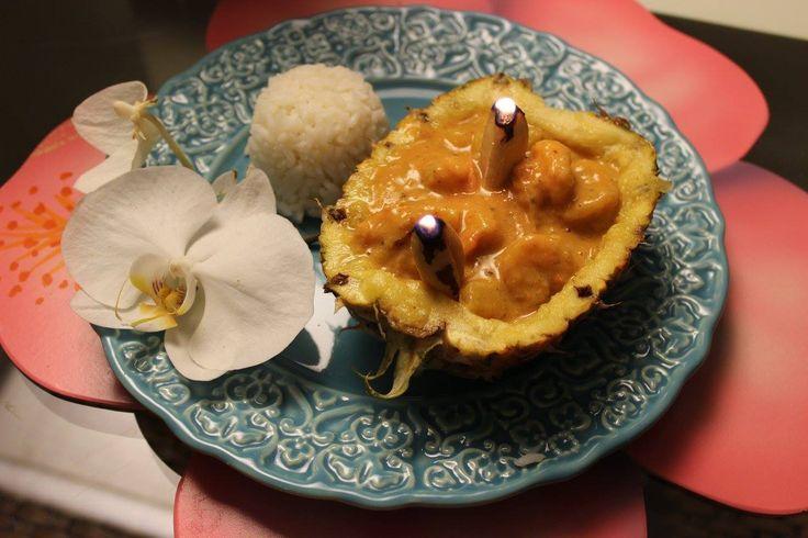 Dicas de um cardápio perfeito para os dias mais quentes do ano! Pra começar um refrescante Ceviche na casca do coco seco, para o prato principal o saboroso Camarão Havaiano servido no abacaxi e par…
