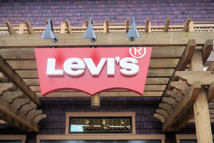 Levi Store at Disney Springs #disneysprings #levi #jeans #shopping #tourist #mickeymouse #walking #saturdaynight #fun #lilsusieq #myfloridalife