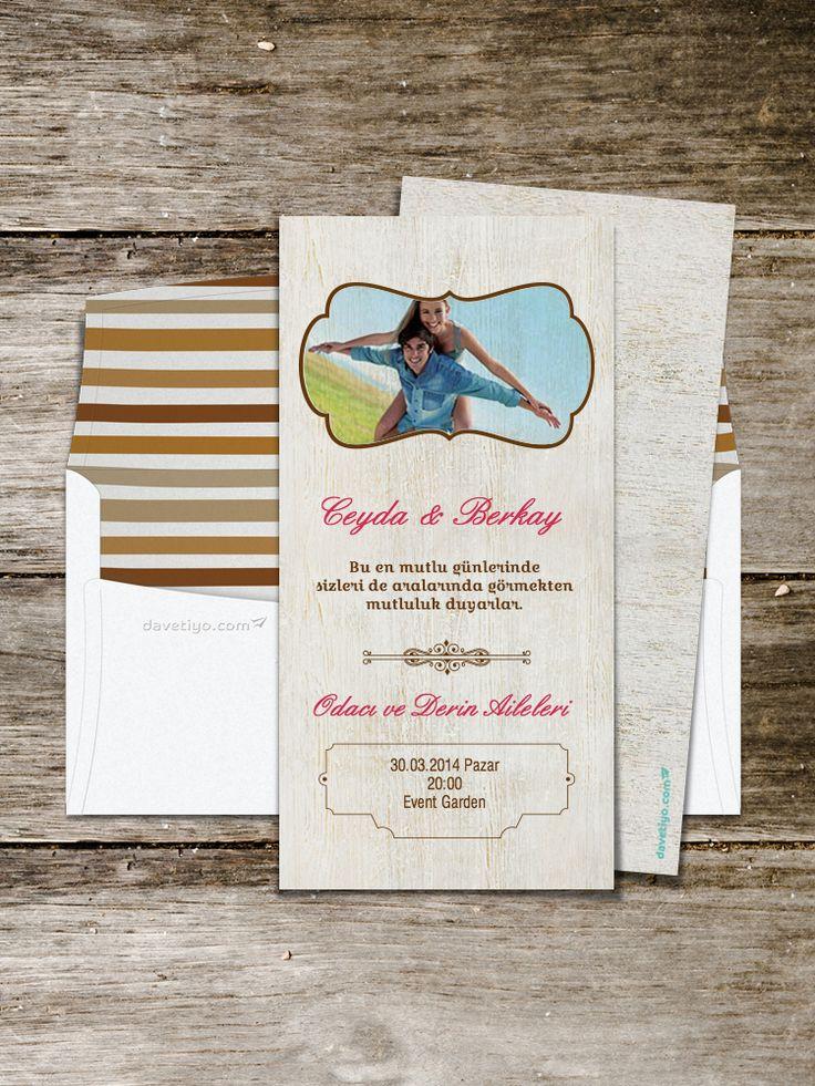 Beyaz ahşap deseni üzerine yerleştirilmiş güzel bir kareniz ve vintage tasarımı ile bu düğün davetiyesi, hem sonbahar - kış, hem de ilkbahar - yaz düğünleri için ideal bir seçim. Düğün mekanınızın düzenlenmesinde de bol bol ahşap ve vintage detaylar kullanmayı unutmayın!